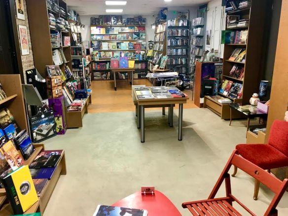 llibreria interior mirant infantil